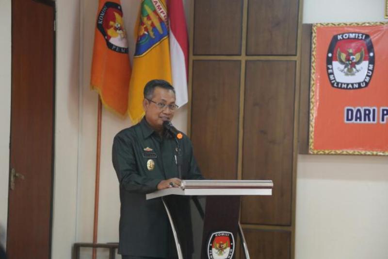 Sekda Provinsi Lampung Sutono di Aula Kantor KPU Provinsi Lampung, Senin 10 April 2017.