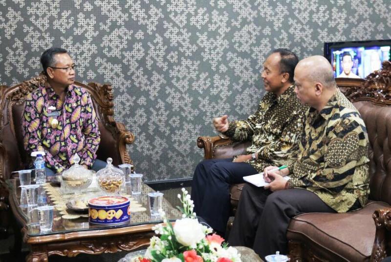 Sekretaris Daerah Lampung saat menerima kunjungan kehormatan dari Sekretaris Direktorat Jendral Kerjasama ASEAN Kementerian Luar Negeri, Jumat 28 April 2017 di Ruang Rapat Sekda.