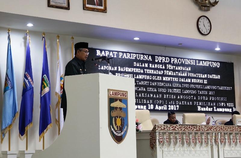 Sekretaris Daerah Provinsi Lampung Sutono dalam Rapat Paripurna Penetapan 5 Rancangan Perda terhadap Pembatalan Perda Provinsi Lampung oleh Menteri Dalam Negeri di Gedung DPRD Provinsi Lampung, Senin 10 April 2017.