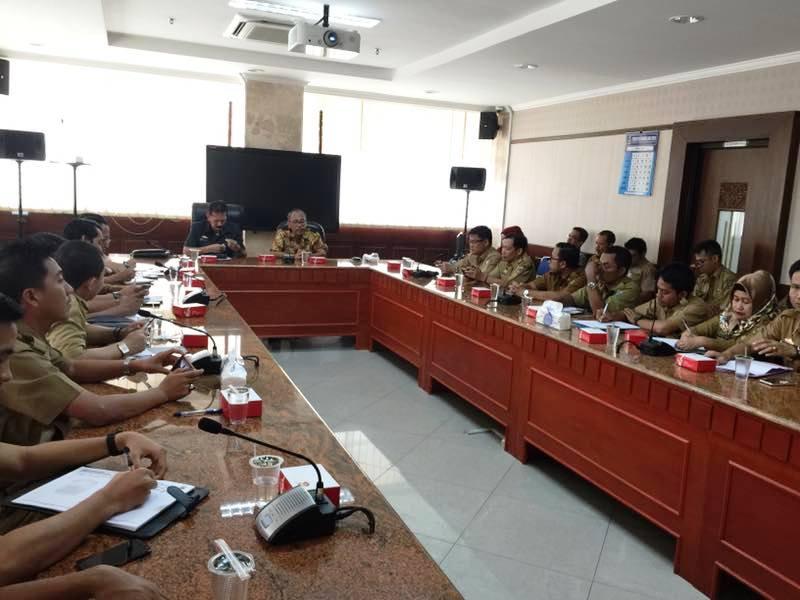 Asisten Bidang Pemerintahan dan Kesra Sekretaris Daerah Provinsi Lampung Hery Suliyanto berserta rombongan saat pertemuan dengan Pemerintah Provinsi Jawa Timur, Rabu 12 April 2017.