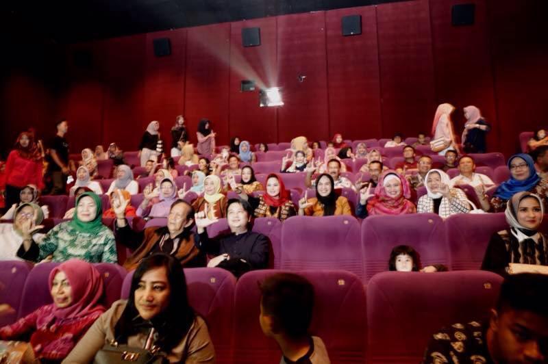 Aprilani Yustin Ridho Ficardo bersama masyarakat di Cinema XXI Mall Boemi Kedaton Bandar Lampung, Sabtu 15 April 2017