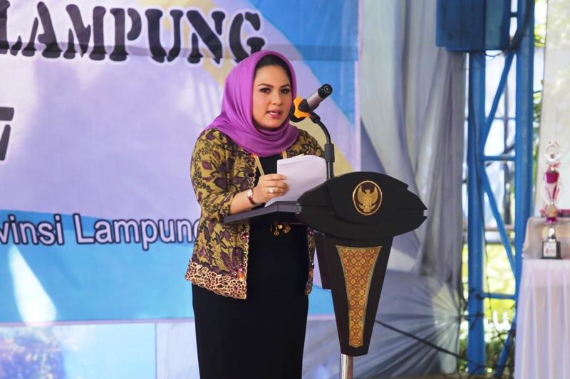 Ketua TP PKK sekaligus Ketua Umum Forikan Provinsi Lampung Yustin Ridho Ficardo pada acara Gerakan Memasyarakatkan Makan Ikan (Gemarikan) Tahun 2017 di Halaman Kantor Gubernur Lampung,  Kamis 13 April 2017.