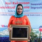 Aprilani Yustin Ridho Ficardo terima penghargaan sebagai Tokoh Wanita Penggiat Intelektual di Provinsi Lampung