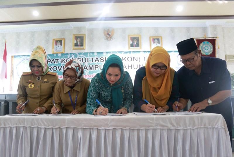 Penandatanganan diadakan dalam Rapat Konsultasi (RAKON) TP PKK Provinsi Lampung tahun 2017 di Aula Kantor PKK, Senin 08 Mei 2017.