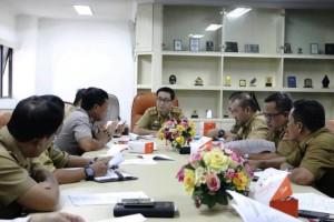 Kepala Biro Pemerintahan dan Otonomi Daerah Chadri saat memimpin rapat di Ruang Sakai Sambayan Kantor Gubernur Lampung Senin, 15 Mei 2017.