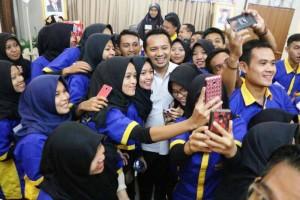 Gu bernur Lampung M. Ridho Ficardo dibanjiri foto selfie oleh peserta Lampung Mengajar, Rabu 3 Mei 2017 di Hotel Kurnia 2 Bandar Lampung.