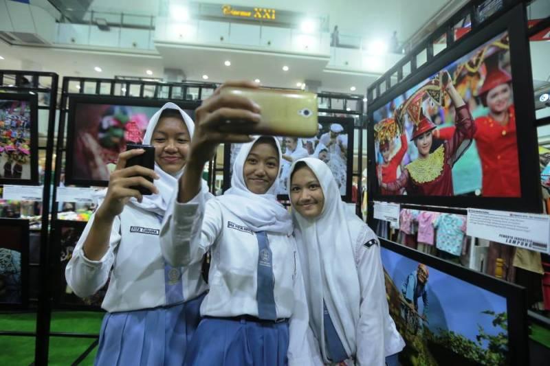 engunjung ber-swafoto atau wefie di pameran foto yang digelar PFI Lampung di acara Temu Karya Insan Kreatif Berbasis Budaya persembahan Dinas Pariwisata Lampung.