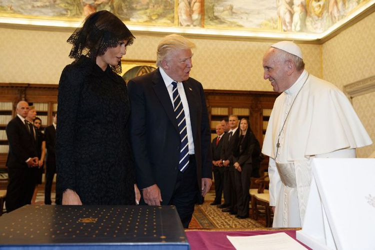 Paus Fransiskus bertukar cindera mata dengan Presiden Amerika Serikat Donald Trump yang didampingi Ibu Negara Melania di Vatican City, Rabu (24/5/2017). (AFP PHOTO / POOL / Evan Vucci)