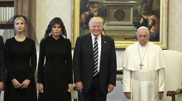 Paus Fransiskus berfoto bersama rombongan Presiden Donald Trump (AP Photo/Evan Vucci, Pool)