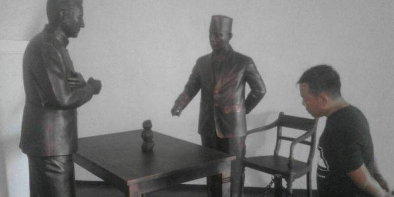 Seorang pengunjung sedang menyaksikan diorama patung Bung Karno dan Residen Bengkulu dari pemerintah kolonial Hindia Belanda, Cornelis Eduard Maier, di Benteng Marlborough, Kota Bengkulu.(KOMPAS.COM/FIRMANSYAH)