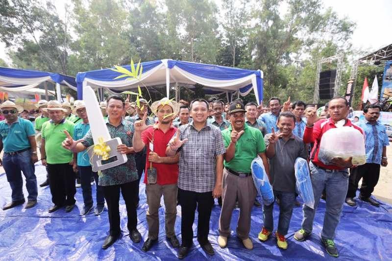 Gubernur Lampung M Ridho Ficardo bersama masyarakat Lampung Timur, Sabtu 21 Mei 2017.
