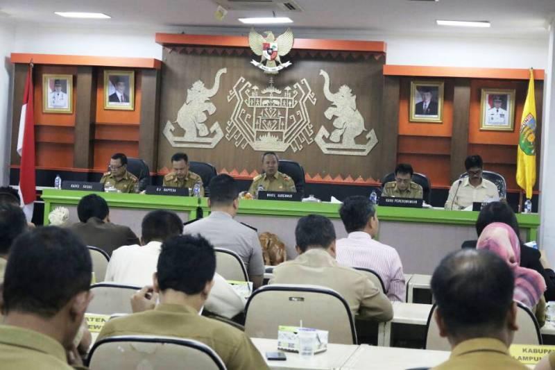 Wakil Gubernur Lampung Bachtiar Basri saat memimpin Rapat Koordinasi Evaluasi Pelaksanaan Program Beras Pra Sejahtera (Rastra) Triwulan I Tahun 2017, Senin 8 Mei 2017 di Ruang Sungkai Balai Keratun.