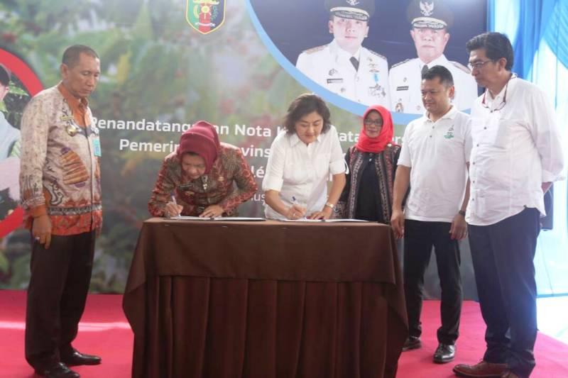 Penandatanganan oleh Debora R. Tjandrakusuma, Legal and Corporate Affair Director PT Nestle Indonesia dan Dessy Desmaniar Romas mewakili Pemprov Lampung di Pekon Bandar Agung, Kecamatan Talangpadang, Tanggamus, Rabu 4 Mei 2017.