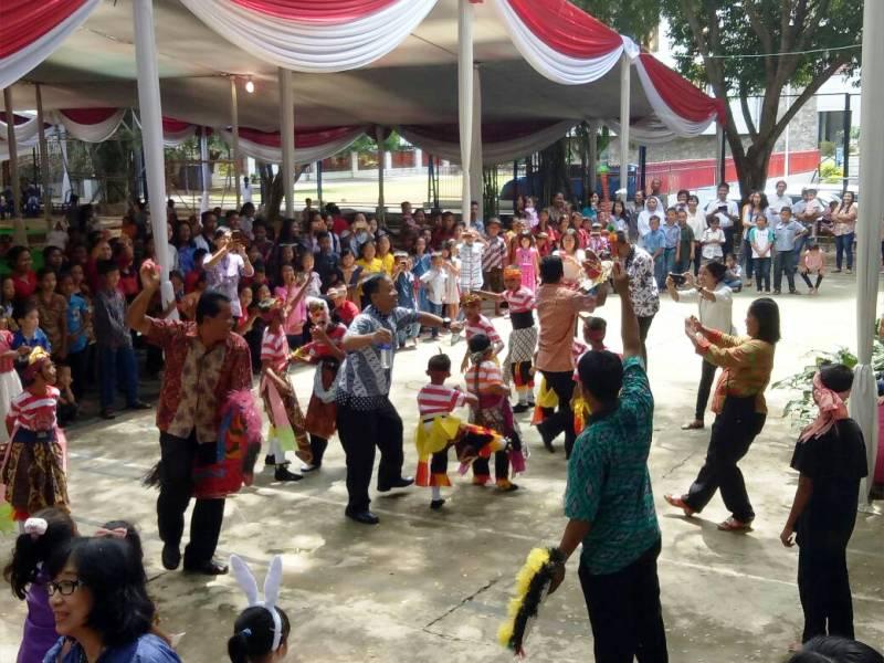 Beberapa Romo ikut menari saat pertunjukan Tari Jaran Kepang dari Stasi Jatibaru dan Stasi Bawang, di Kompleks SMA Xaverius Bandar Lampung, Minggu 29 April 2017.