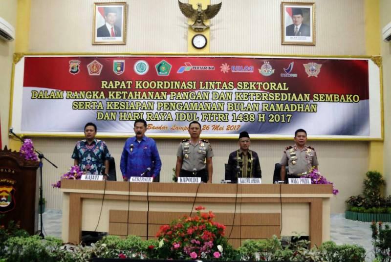 Rapat Koordinasi Lintas Sektoral dalam Rangka Ketahanan Pangan dan Ketersediaan Sembako serta Kesiapan Pengamanan Bulan Ramadhan dan Idul Fitri 1438 H, Jumat 26 Mei 2017 di Aula GWS Polda Lampung.