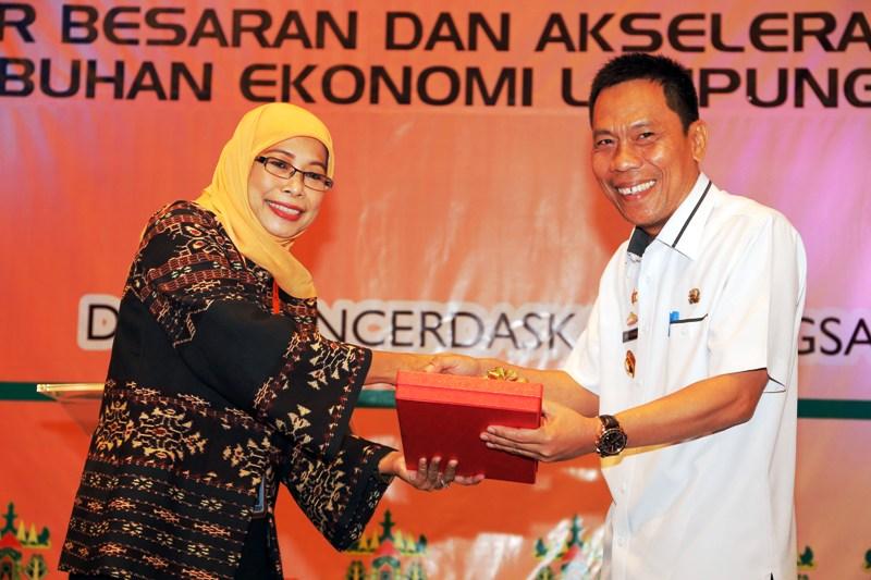Kepala BPS Lampung yeane Irmaningrum bersama Kepala Dinas Penanaman Modal dan Pelayanan Terpadu Satu Pintu Provinsi Lampung Intizam di Novotel Hotel Bandar Lampung, Rabu 24 Mei 2017.