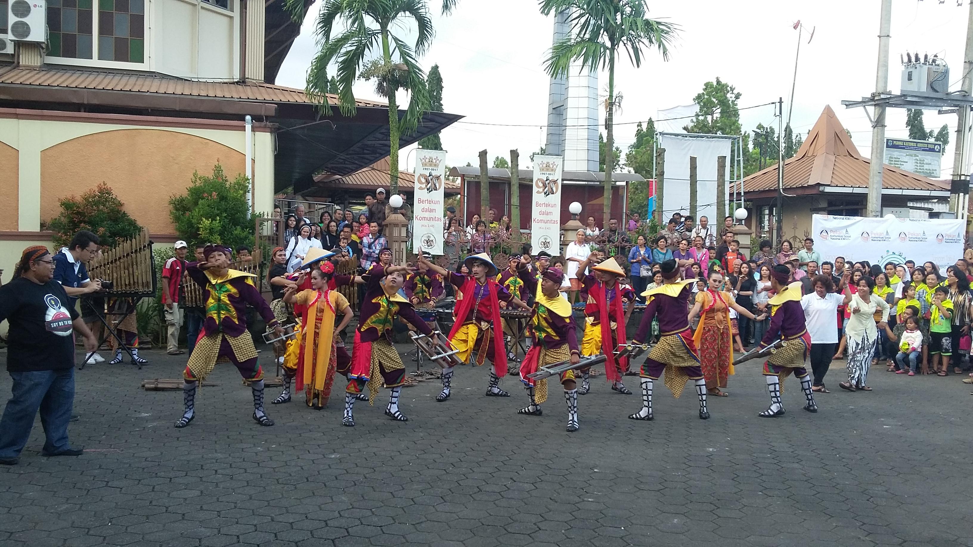 Pertunjukan tarian di halaman Gereja Katedral Purwokerto, Senin 22 Mei 17.
