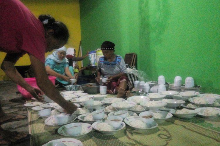 Warga Menyiapkan nasi dengan Lauk Tongseng di Masjid Al-Fath Dusun Kedondong, Desa Sumbermulyo, Kecamatan Bambanglipuro, Bantul, Jumat 26/5/2017 Malam (Kompas.com/Markus Yuwono)