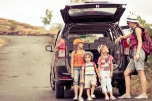 Berwisata dengan anak-anak dengan keliling naik mobil. (Shutterstock)