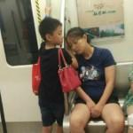Bocah Berbakti Gunakan Tangannya untuk Mengganjal Kepala Sang Ibu