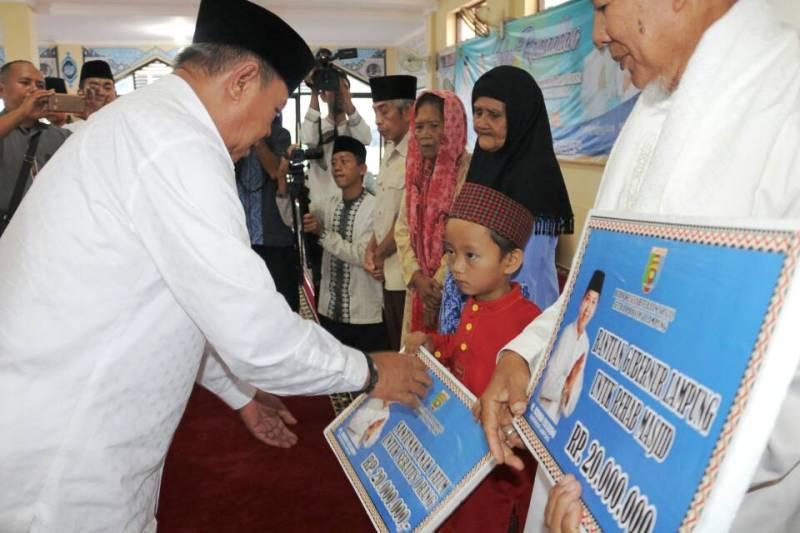 Wakil Gubernur Lampung Bachtiar Basri saat memberi santunan anak yatim dan pemberian paket sembako kaum duafa, di Masjid Agung Al-  Jami' Kota Bumi Kabupaten Lampung Utara, Rabu 7 Juni 2017.