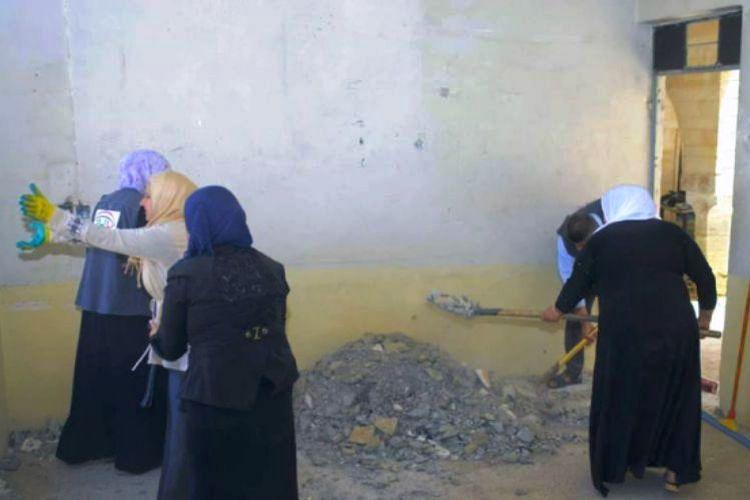 Dalam foto yang diunggah ke media sosial ini terlihat para pemudi Muslim kota Mosul, Irak bersama-sama membantu memperbaiki dan membersihkan biara St George yang rusak dan kotor.(MOHAMMED AL-ZAKARIA/FACEBOOK/INDEPENDENT)