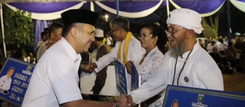 Gubernur Lampung M.Ridho Ficardo saat menyerahkan dana insentif umat beragama Lampung di halaman kantor Gubernur Ridho, Rabu 21 Juni 2017.