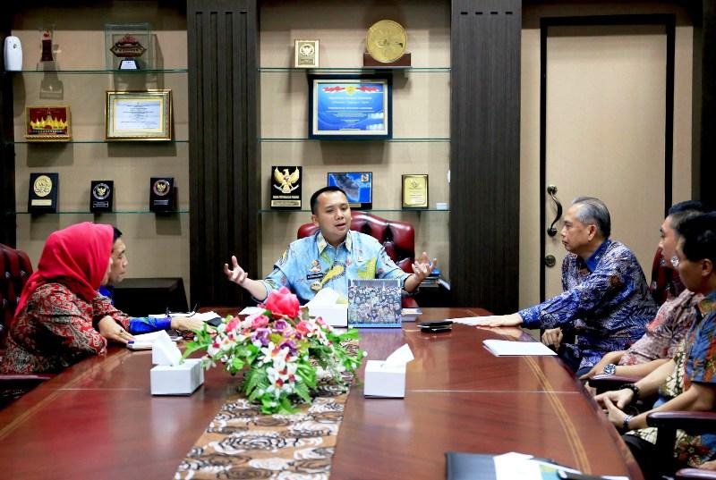 Gubernur Ridho saat menerima kunjungan Ketua GAEKI Pusat, Hutama Sugandhi, dan Ketua GAEKI Lampung Anton Firmansyah di ruang kerjanya, Kamis 15 Juni 2017.