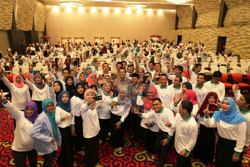Gubernur M. Ridho Ficardo bersama para pendamping dan operator PKH, di Hotel Novotel, Bandar Lampung, Jumat 2 Juni 2017 malam.