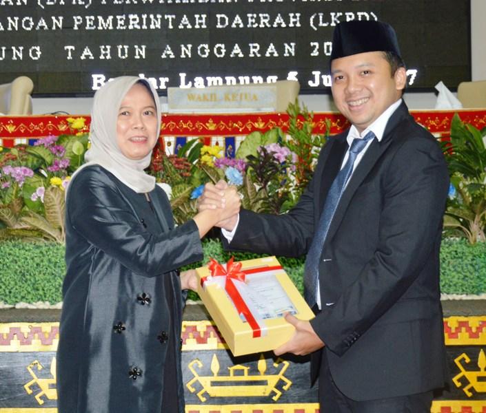 Gubernur Lampung Muhammad Ridho Ficardo bersama Anggota V BPK RI Isma Yatun.