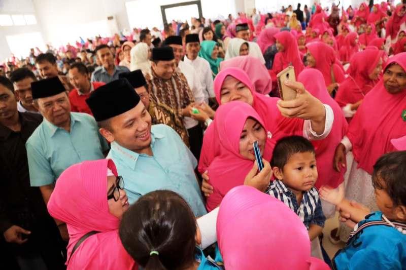 Gubernur Lampung Muhammad Ridho Ficardo saat diaajak berebut brfoto selfie dengan ibu-ibu pada acara halal bi halal di Islamic Center, Kotabumi, Selasa 27 Juni 2017.