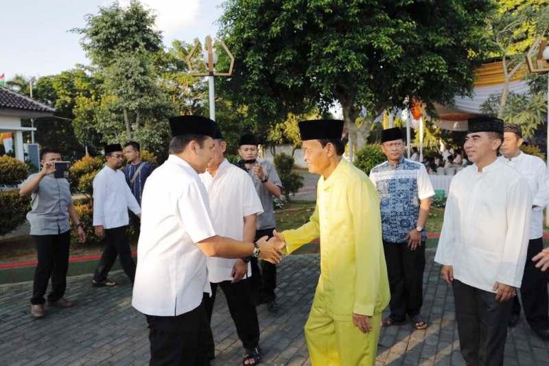 Wali Kota Metro Achmad Pairin (kanan) saat menyambut kedatangan Gubernur Lampung M. Ridho Ficardo di Rumah Dinas Wali Kota Metro, Rabu 7 Juni 2017.