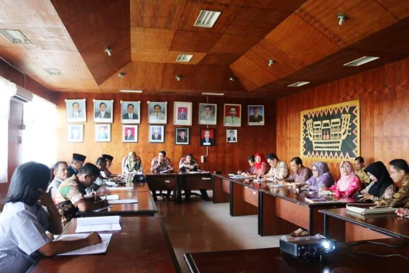 Komisi B DPRD Provinsi Riau dalam rangka belajar belajar dari Provinsi Lampung dalam hal pengelolaan ternak hewan di Ruang Rapat Dinas Perkebunan dan Peternakan, Jumat 2 Mei 2017.