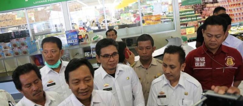 Ketua Tim Sidak Keamanan Pangan yang juga Kepala Dinas Ketahanan Pangan Provinsi Lampung Ir Kusnardi saat wawancara dengan awak media di Giant Lampung Antasari Rabu, 21 Juni 2017.