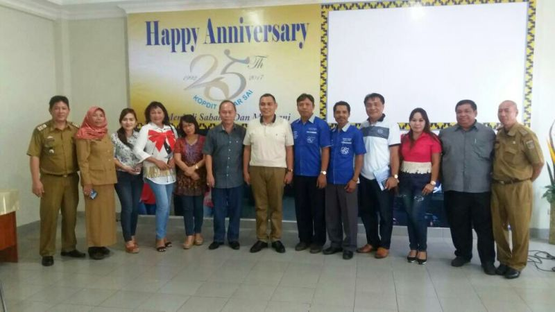 Rombongan Dinas Koperasi dan Usaha Kecil Menengah (UKM) Provinsi Sulawesi Utara bersama pengurus dan manajemen KSP Kopdit Mekar Sai di aula setempat, Selasa 13 Juni 2017.