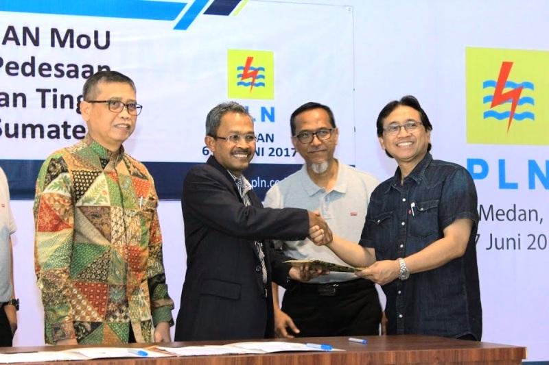 Direktur Bisnis PLN Regional Sumatera Amir Rosidin (kanan) berjabat tangan dengan Rektor Universitas Syiah Kuala Samsul Rizal (kedua dari kiri) pada penandatanganan nota kesepahaman survei dan penelitian pembangunan listrik pedesaan Sumatera antara PLN dengan 10 perguruan tinggi se-Sumatera di Medan, Selasa 6 Juni 2017.