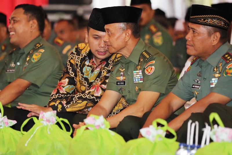 Gubernur Lampung M.Ridho Ficardo tampak berbincang akrab dengan KASAD Jenderal TNI Mulyono di Makorem 043 Garuda Hitam, Jumat 16 Juni 2017.