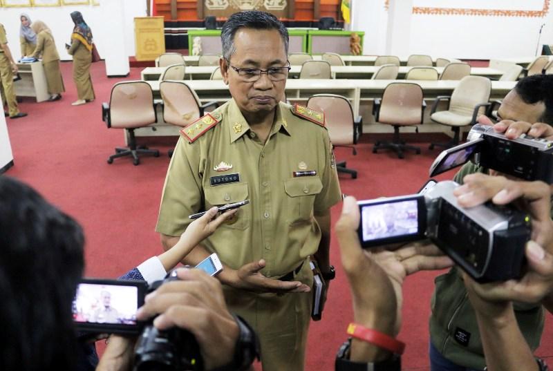 Sekda Provinsi Lampung Sutono usai memimpin rapat pembahasan pengaktifan anjungan PKOR Way Halim, di Ruang Sungkai Balai Keratun Kantor Gubernur Lampung, Senin 12 Juni 2017.