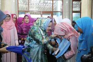 Ketua Tim Penggerak PKK Provinsi Lampung Aprilani Yustin Ficardo ketika secara simbolis memberikan santunan kepada anak yatim dan kaum duafa berupa sarung, uang tali asih dan mushaf Al-Quran, di Masjid Al-Mulk RSUD Abdul Moeloek Provinsi Lampung, Jumat 16 Juni 2017.