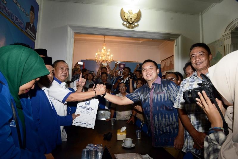 Ridho Ficardo saat  kembalikan berkas pendaftaran penjaringan Balongub ke Kantor PAN di Jalan M.Noer Bandar Lampung, Selasa 25 Juli 2017 sore. | Foto : Yopie Pangkey