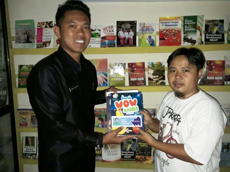 Emir F. Saputra ketua PPL Lampung saat menyerahkan buku milik pada perpustakaan milik Eko Prasetyo, di Way Kanan, Rabu 19 Juli 2017.