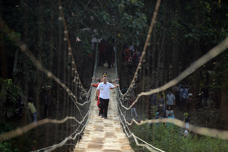 Gubernur Lampung M.Ridho Ficardo saat meninjau pengerjaan jembatan gantung oleh Vertical Rescue Indonesia dan Pramuka di Dusun Jelujur, Desa Rulung Mulya, Kecamatan Natar, Rabu 26 Juli 2017 siang. | Foto : Yopie Pangkey
