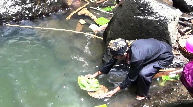 Masyarakat suku Tengger di Kawasan Gunung Bromo Kabupaten Probolinggo, melaksanakan Mendak Tirta yang merupakan proses pengambilan air suci.
