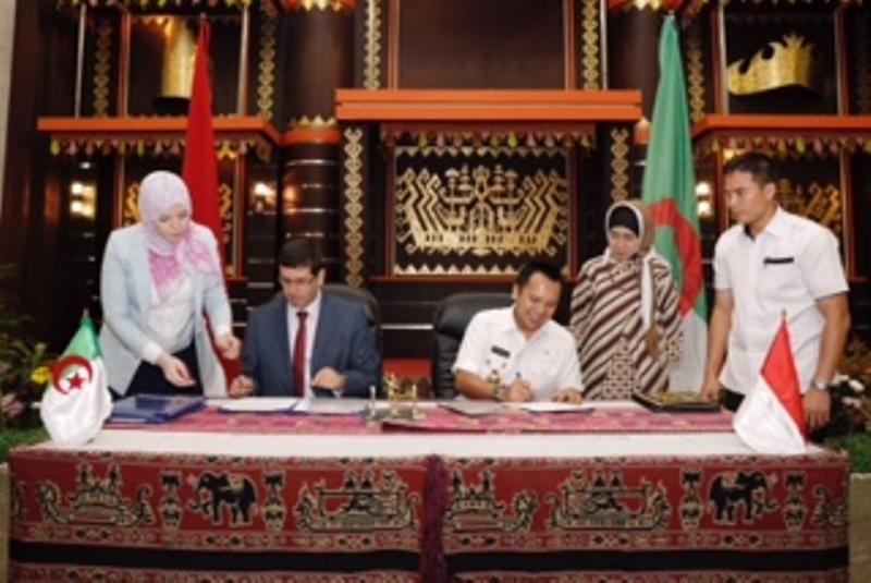 Gubernur Lampung Muhammad Ridho Ficardo dan Gubernur Provinsi Bouira, Aljazair, Cherifi Mouloud menandatangani naskah kerja sama sebagai Provinsi Bersaudara, di Mahan Agung, Bandar Lampung, Rabu 12 Juli 2017 malam.