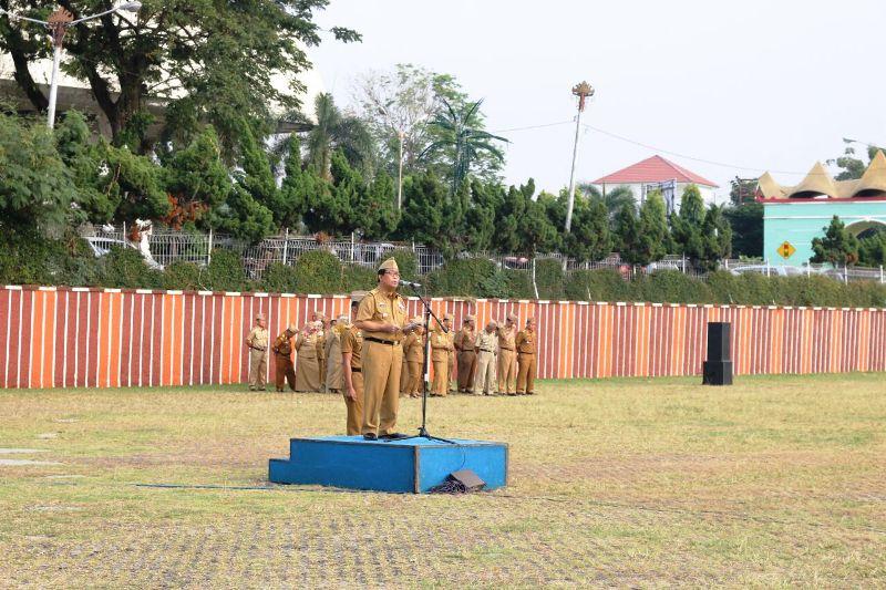 Asisten Bidang Ekbang, Adeham saat menjadi Inspektur Upacara pada Upacara Mingguan Pemerintah Provinsi Lampung, Senin 24 Juli 2017.