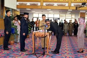 Wakil Gubernur Bachtiar Basri melantik dan mengambil sumpah 127 pejabat administrator dan pengawas di Lingkungan Pemerintah Provinsi Lampung, Jumat 21 Juli 2017 di Balai Keratun.