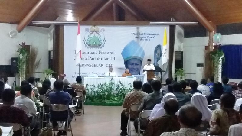 Bupati Pringsewu Sudjadi saat memberikan sambuatan pada acara pembukaan Pertemuan Pastoral Gerja Partikular (Perpasgelar) ke-III Keuskupan Tanjungkarang, Senin 03 Juli 2017 di RR La Verna, Padang Bulan, Pringsewu, Lampung.