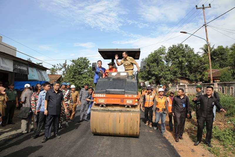 Ilustrasi, Gubernur dan salah satu ruas jalan provinsi di Lampung. Foto : Gede Setiyana