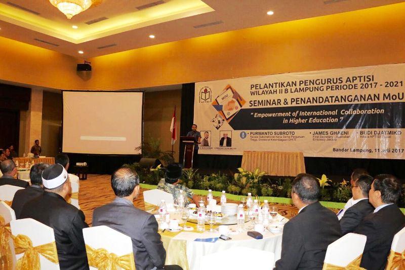 Gubernur Ridho saat memberu sambutan pada acara pelantikan pengurus Asosiasi Perguruan Tinggi Swasta Indonesia (Aptisi), Wilayah II B Lampung periode 2017-2021, di BallRoom Hotel Emersia, Selasa 11 Juli 2017.
