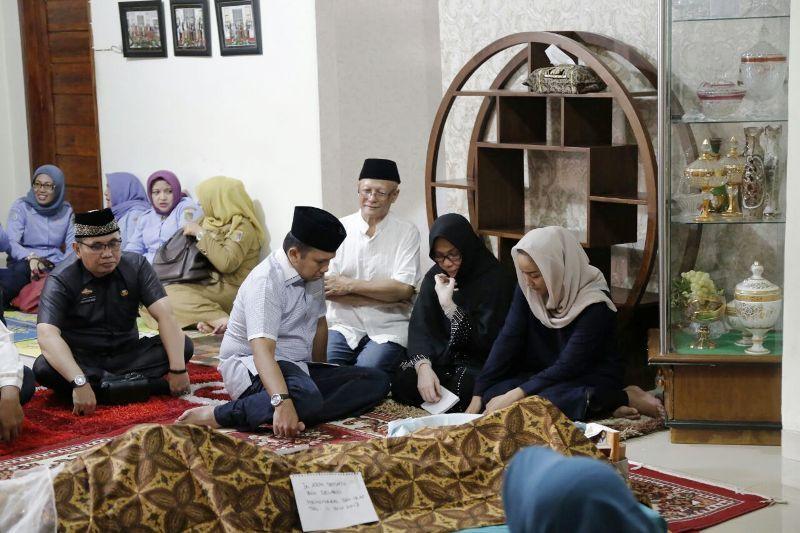 Gubernur Lampung M. Ridho Ficardo saat melayat mantan Kadis Perikanan dan Kelautan, Setiato, di kediamannya Jalan Pangeran Antasari, Gg. Hi. Thobari No 21/25 Bandar Lampung, Selasa 11 Juli 2017 sore.